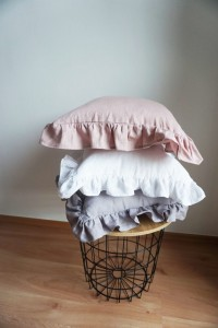 Linen pillow with frill dusty pink